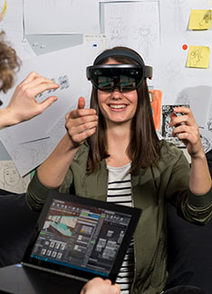 Studierende testen eine Virtual Reality Brille
