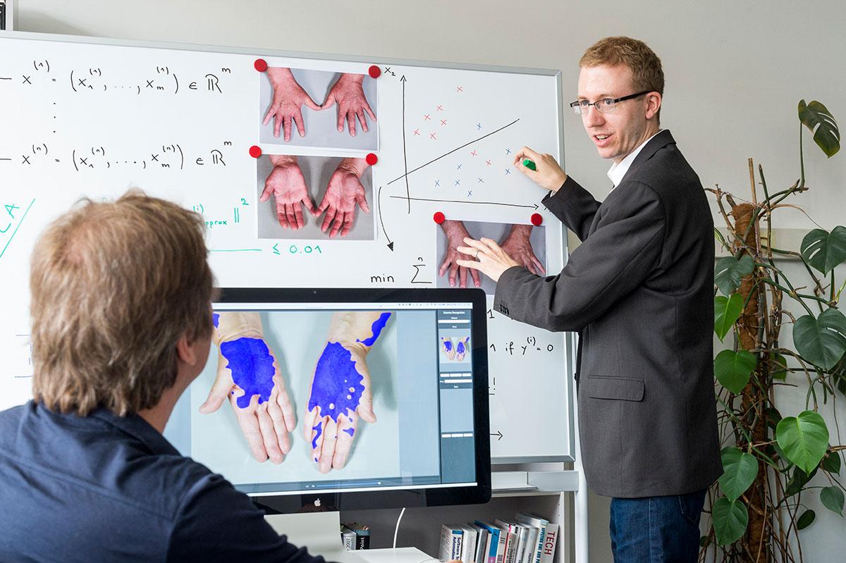 Die Informatikdozenten Marc Pouly (rechts) und Thomas Koller bringen dem  Computer bei, Ekzeme d469fb01e7