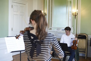 Violine student during her lesson with Sebastian Hamann.