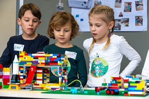 Kinder präsentieren ihr Model an der First Lego League