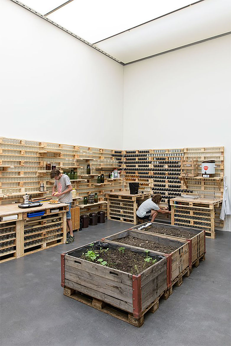 Ausstellungsansicht Kunstmuseum Luzern, Adrian Rast und Valentin Beck, EIN°MACH°ENDE: in Gärung geraten, 2015, Mixed Media, courtesy the artists, Foto: Marc Latzel